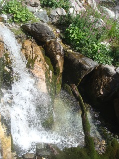 La fonte di Fleons, dove nasce l'acqua Goccia di Carnia.